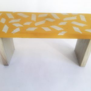 banco madera amarillo frente